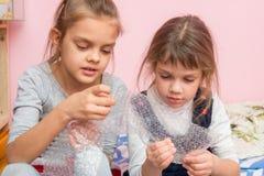 两女孩被着迷的泡影破裂了可膨胀包装 库存图片