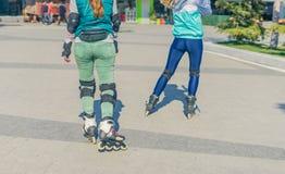 两女孩路辗逐个去 免版税库存照片