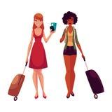 两女孩,黑和白种人旅行与手提箱一起 免版税库存图片