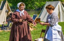 两女性同盟Reenactors 库存照片