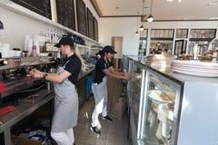 两女性baristas -女服务员 免版税库存图片