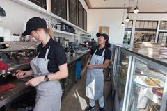 两女性baristas -女服务员 库存图片