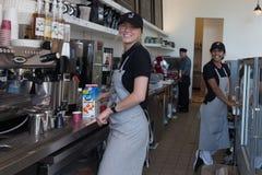 两女性baristas -女服务员 图库摄影