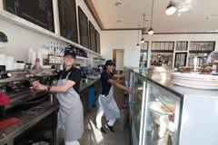 两女性baristas -女服务员 库存照片