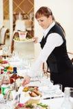 两女服务员在承办酒席工作在餐馆 库存图片