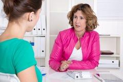 两妇女在业务会议或采访。 免版税图库摄影