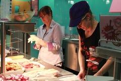 两妇女繁忙在厨房里 图库摄影