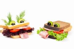 两孩子的滑稽的三明治 免版税库存图片