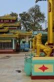 两守卫寺庙的金黄Chinthe在Shwemawdaw塔 免版税图库摄影