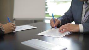 两家大公司经理签署关于相互合作的一个协议在慢动作 股票录像