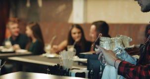 两对年轻夫妇在一个咖啡馆休息在晚上 男人和妇女饮料咖啡用牛奶 股票视频