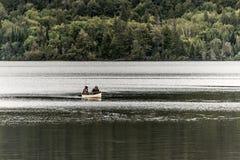两对河夫妇Canada安大略湖在独木舟的在水阿尔根金族国家公园乘独木舟 免版税库存图片