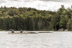 两对河夫妇Canada安大略湖在独木舟的在水阿尔根金族国家公园乘独木舟 库存照片