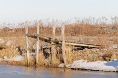 两小农村木桥和冰 免版税库存图片