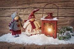 两小的圣诞老人和灯笼 免版税库存图片