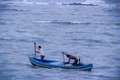两小船的渔夫在阿拉伯海,孟买,印度 免版税图库摄影