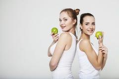 两少妇用苹果 免版税图库摄影