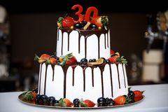 两层白蛋糕用新鲜水果和巧克力 库存图片