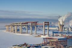 两层的高速公路桥梁跨线桥通过在constru下的海运河 库存照片