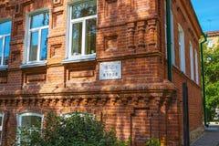 两层砖房子年建筑1911年 新西伯利亚 免版税库存照片