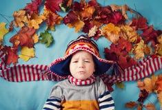 两岁作梦在秋天的男孩 免版税库存照片