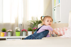两岁的女孩在屋子里使用 图库摄影