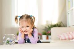两岁的女孩在屋子里使用 免版税库存照片