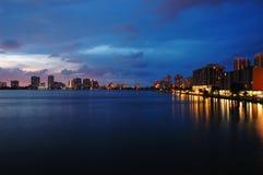 两岸间的晚上 免版税库存照片
