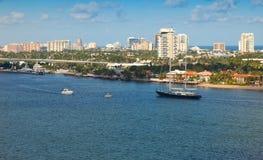 两岸间的水路在Ft 帆船风帆在离岸的附近 免版税库存图片