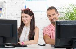 两工作同事在他们的办公室 库存照片