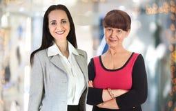 两工作在办公室的可爱的妇女反对玻璃反射,企业背景 伦敦英国 免版税图库摄影