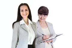 两工作在办公室的可爱的妇女反对玻璃反射,企业背景 伦敦英国 免版税库存照片