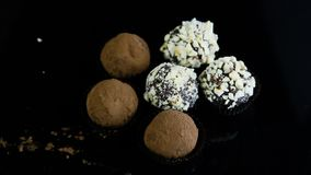 两巧克力糖的类型在黑背景服务 股票视频