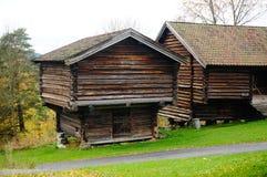 两干草的挪威木农厂谷仓 图库摄影