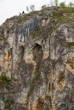 两年轻人从下面坐岩石,图片 免版税库存照片