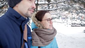 两年轻人在新鲜空气、饮料咖啡和亲吻的浪漫多雪的大气见面 股票录像