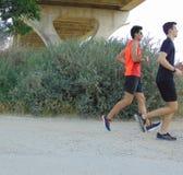 两年轻人赛跑 库存照片