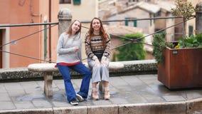 两年轻女人坐长凳 E 影视素材