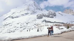 两年轻女人旅游旅行在与大背包和吉他的白云岩 走在路和看地图 股票录像