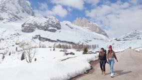 两年轻女人旅游旅行在与大背包和吉他的白云岩 股票视频