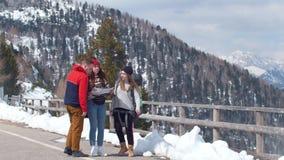两年轻女人旅游旅行在Dolotimes 走在路和看在拿着地图附近 一个人来 股票视频
