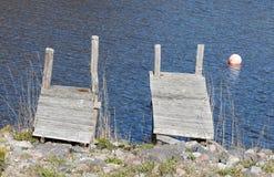 两座小桥梁和一个浮体在明亮的阳光下 图库摄影