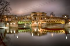 两座桥梁夜视图在StPetersburg 俄国 库存图片