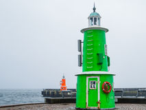 两座老灯塔在一有雾的天,赫尔新哥,丹麦 库存图片