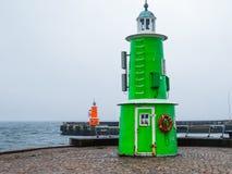 两座老灯塔在一有雾的天,赫尔新哥,丹麦 免版税库存照片
