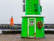 两座老灯塔在一有雾的天,赫尔新哥,丹麦 免版税库存图片