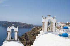 两座钟楼在Oia村庄,圣托里尼海岛 图库摄影