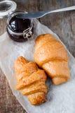 两开胃新鲜的新月形面包和果酱 免版税库存图片