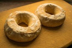 两开胃,软,新鲜,在白色甜釉的姜饼曲奇饼在温暖的口气的一个木,棕色委员会在桌上 免版税库存图片