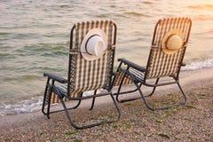两张方格的海滩睡椅 库存照片